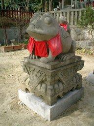 狛蛙 (左)
