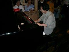 ピアノを弾く小波先生