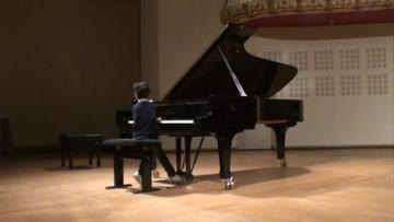 ピアノを弾く子供H