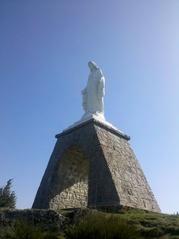 近くの丘のマリア像